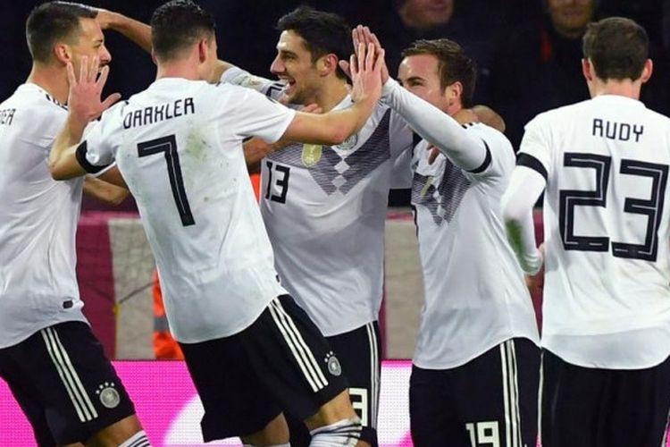Pemain timnas Jerman merayakan gol penyelamat Lars Stindl (13) dalam laga uji coba kontra Prancis di Rhein Energie, Koeln, 14 November 2017.
