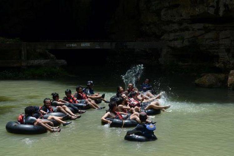 Wisatawan memasuki mulut obyek wisata Goa Pindul di Desa Bejiharjo, Karangmojo, Gunung Kidul, DI Yogyakarta, Kamis (7/3/2013).