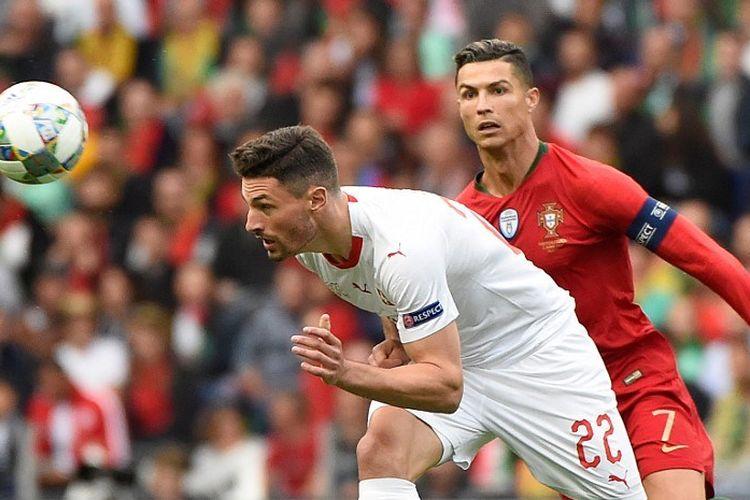 Fabian Schar bergerak lebih cepat daripada Cristiano Ronaldo pada pertandingan Portugal vs Swiss dalam semifinal UEFA Nations League di Stadion Do Dragao, 5 Juni 2019.