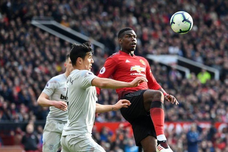 Paul Pogba mencoba menghindar dari penjagaan lawan pada pertandingan Manchester United vs Wes Ham United dalam lanjutan Liga Inggris di Stadion Old Trafford, 13 April 2019.