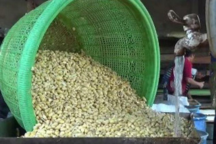 Pengusaha tahu dna tempe di Polewali Mandar mengeluh sejak harga kedelai imfor melambung. Produksi tahu dan tempe mereka anjlok hingga 60 persen. Pengusaha yang mensiasati keadaan dnegan cara mengurangi ukuran tahunya malah diomeli pelangganya.