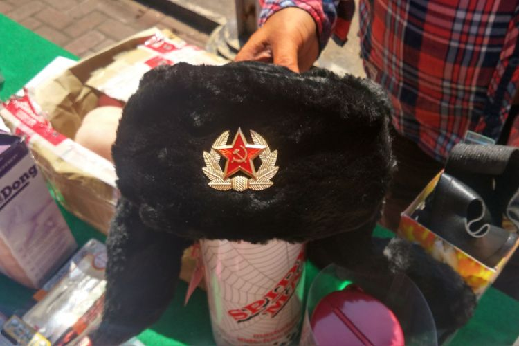 Topi dengan ornamen palu arit yang diamankan petugas Bea dan Cukai Kediri, Jawa Timur.