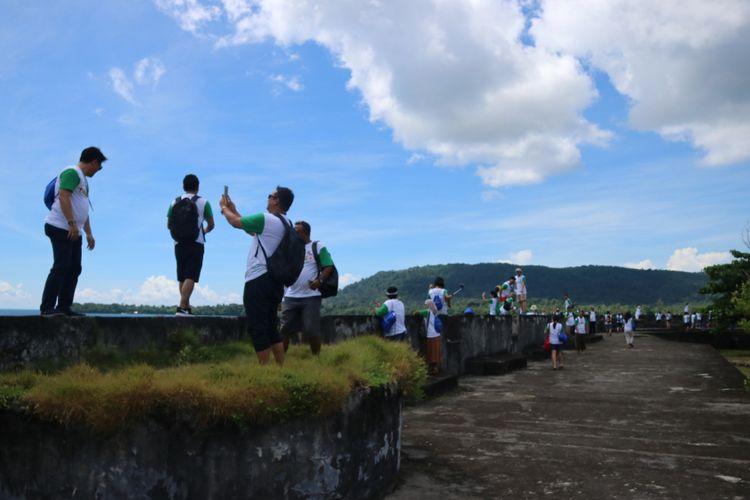 Wisatwan menikmati pemandangan Laut Banda, dari atas Benteng Duurstede, yang ada di Pulau Saparua, Maluku Utara, Rabu (12/11/2017). Benteng tersebut merupakan salah satu peninggalan zaman kolonial ter megah di Maluku.