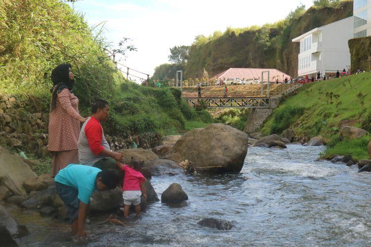 Bermain air di sungai kecil Ciloto, jadi salah satu aktifitas wisatawan di Sahid Eminence Hotel Convention & Resort Ciloto, Puncak.