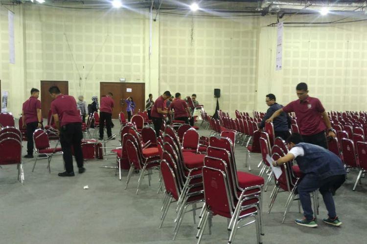Presiden Joko Widodo menghadiri peresmian pembukaan BTN Digital Startup 2018 di Balai Kartini, Jakarta, Jumat (7/12/2018) pagi. Namun acara tersebut sepi peserta. Alhasil, panitia acara hingga pasukan pengamanan presiden (Paspampres) pun menyingkirkan bangku-bangku kosong ke luar ruangan.