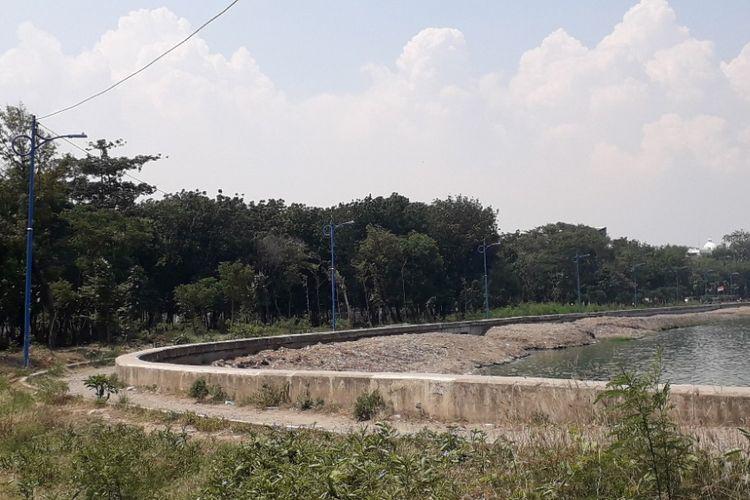 Suasana Hutan Kota Waduk Cincin di Sunter, Jakarta Utara, Senin (7/1/2019).