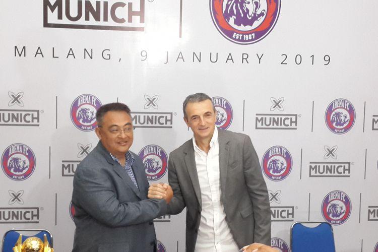 General Manager Arema FC Ruddy Widodo saat memperkenalkan Milomir Seslija yang akan melatih skuad Singo Edan menghadapi kompetisi Liga 1 2019 di Kantor Arema FC, Kota Malang, Rabu (9/1/2019)