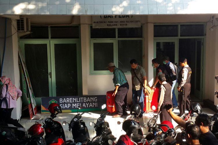 Sejumlah penyidik KPK membawa koper berisi berkas setelah menggeledah Kantor Badan Perencanaan, Penelitian dan Pengembangan (Barenlitbang) Kota Malang, Jumat (11/8/2017)