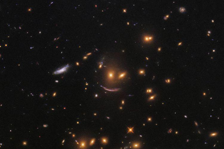 Wajah Tersenyum di tengah lautan bintang yang diabadikan Teleskop Hubble