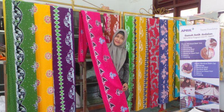 Pekerja pembuatan batik di Rumah Batik Andalan menunjukkan batik khas Riau, Sumatera, dengan motif yang diberi nama Bono, mitos hantu sungai yang ternyata merupakan ombak langka.