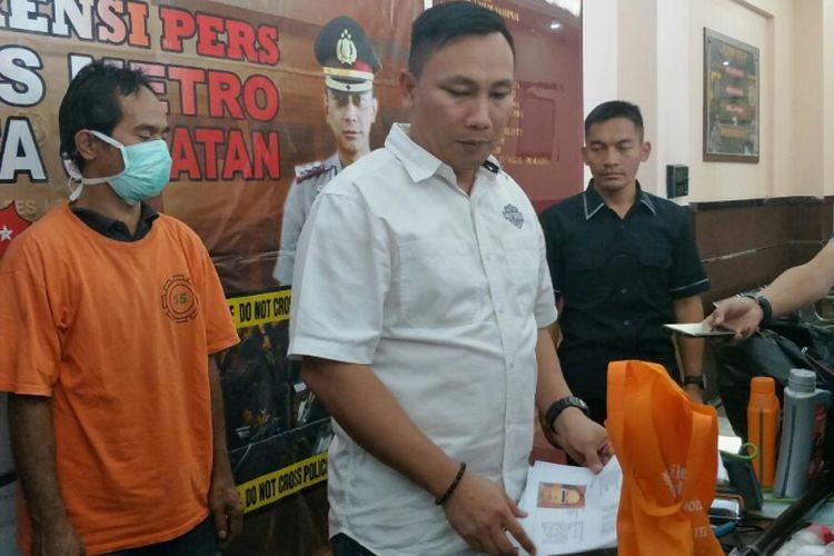 Kasat Reskrim Polres Metro Jakarta Selatan AKBP Stefanus Tamuntuan merilis kasus oli palsu di Mapolres Metro Jakarta Selatan, Selasa (21/8/2018).