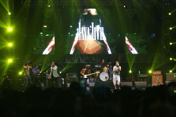 Grup musik Java Jive menjadi salah satu penampil di The 90s Festival, yang digelar di Gambir Expo, Kemayoran, Jakarta Pusat, Sabtu (10/11/2018).