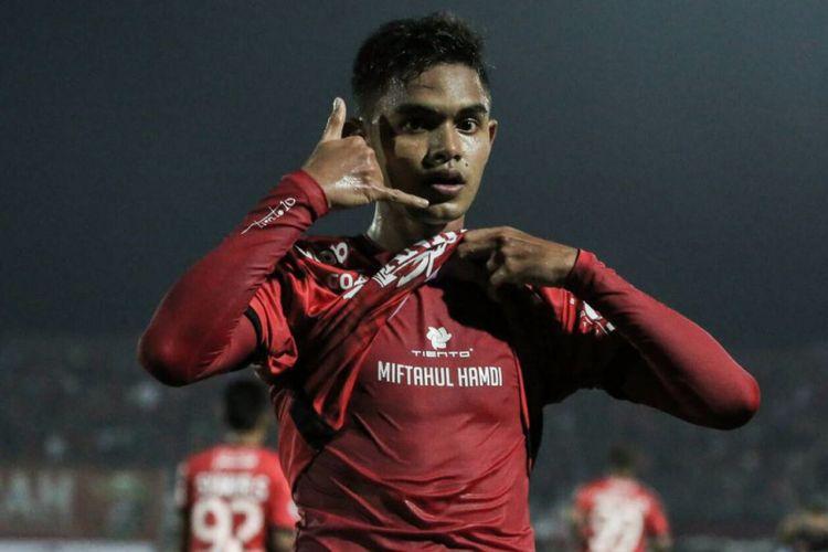 Gelandang Bali United, Miftahul Hamdi, merayakan golnya seusai membobol gawang PSM Makassar, MInggu (23/72017).