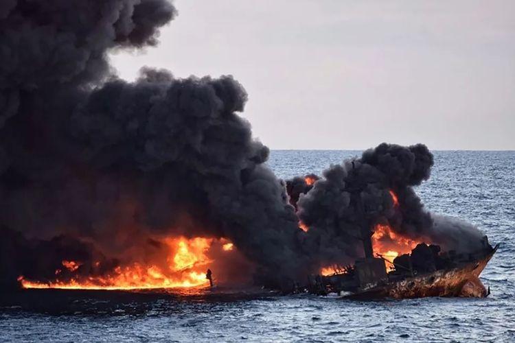 Api membakar kapal tanker milik Iran di lepas pantai timur China, Minggu (14/1/2018). Otoritas Iran mengkhawatirkan tidak adanya korban selamat di antara 32 awak kapal yang terbakar sebelum akhirnya tenggelam tersebut.