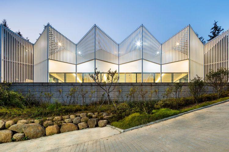 Pada bagian tengah kompleks perkemahan, terdapat sebuah gedung yang bisa dijadikan tempat berkumpul  sesama pengunjung
