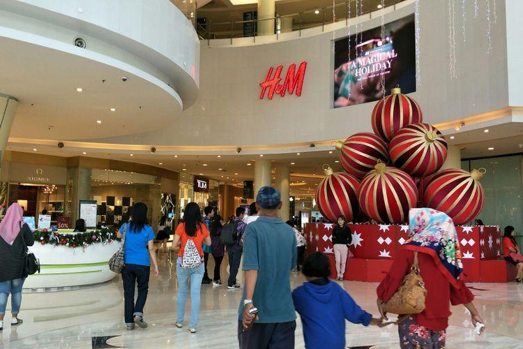 Menjelang akhir tahun 2017, pusat perbelanjaan jadi tempat wisata keluarga menghabiskan waktu liburan, seperti suasana di Central Park Mall, Jakarta Barat, Senin (25/12/2017).