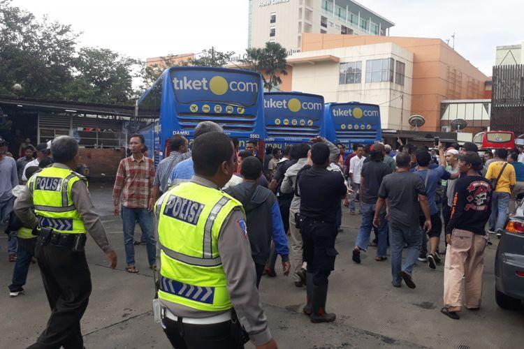 Sejumlah pengemudi taksi online mendatangi Terminal Damri, Baranangsiang, Kota Bogor, untuk mencari pelaku dugaan penganiayaan terhadap salah satu rekan mereka, Sabtu (10/2/2018).