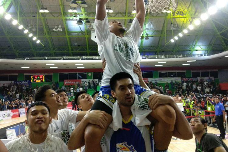 Para pemain Satria Muda merayakan keberhasilan menjuarai IBL 2018 setelah mengalahkan Pelita Jaya di GOR Mahasiswa Soemantri Brodjonegoro, Jakarta, Minggu (22/4/2018).