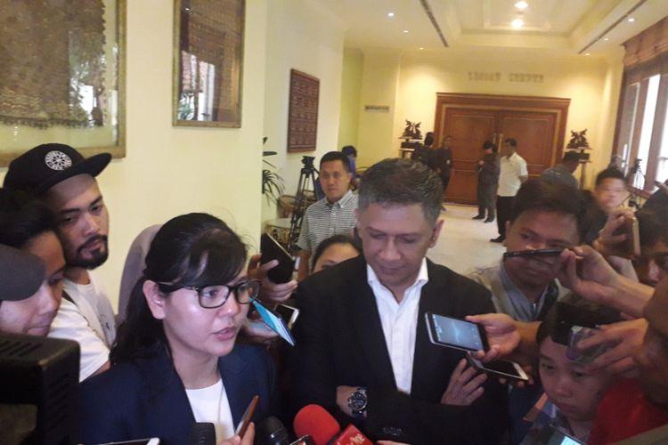 Sekretaris Jenderal PSSI Ratu Tisha Destria (kiri) didampingi Wakil Ketua Umum, Iwan Budianto saat rapat umum pemegang saham PT Liga Indonesia Baru di Hotel Sultan, Jakarta, Senin (18/2/2019).