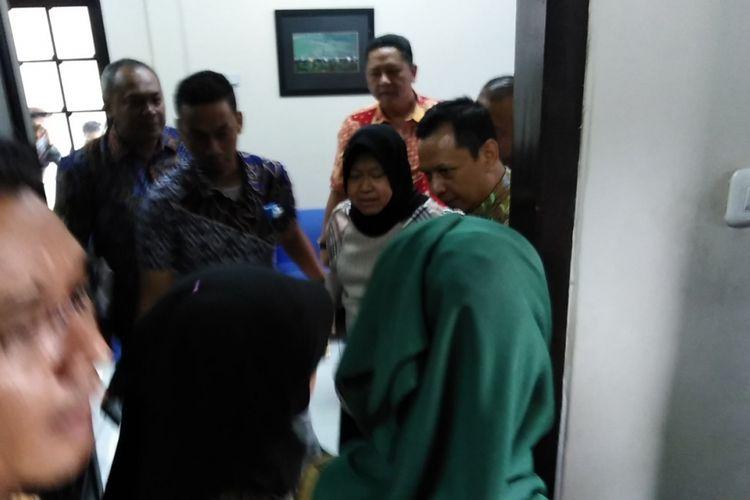 Wali Kota Surabaya, Tri Rismaharini, saat mengunjungi lokasi amblesnya Jalan Raya Gubeng Surabaya. Risma kemudian menggelar rapat tertutup di kantor Harian Kompas di Surabaya, Kamis (20/12/2018).