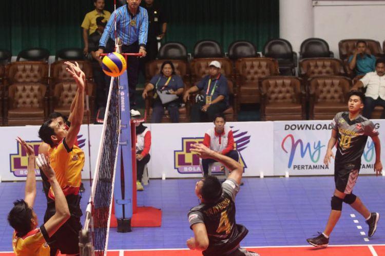 Pertandingan Surabaya Bhayangkara Samator menghadapi Jakarta Garuda di GOR Tri Dharma Petrokimia, Gresik, 15 Desember 2018.