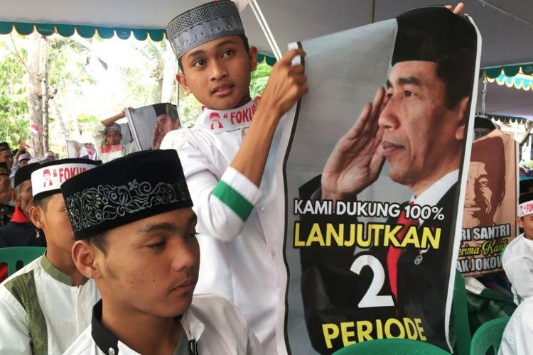 Ratusan santri sari sejumlah pondok pesantren di wilayah tapal kuda, mengikrarkan dukungan kepada Joko Widodo (Jokowi) untuk maju kembali dalam Pemilu Presiden 2019, Jumat (03/08/2018).
