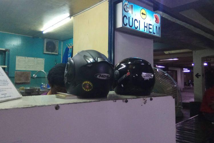 Gerai cuci helm di Atrium Senen, Jakarta Pusat, Senin (13/11/2017).