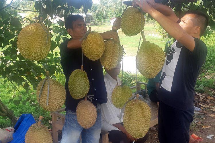 Pembeli memilih durian di Jalan Elak, Kabupaten Aceh Utara, Aceh, Kamis (15/8/2019).