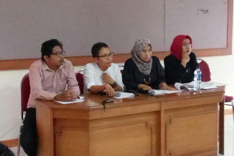 Kuasa Hhkum Catur Udi Handayani (jilbab merah), Suharti (Direktur Rifka Annisa, pendamping penyintas), Sukiratnasari (kuasa hukum, mengenakan baju putih) dan Afif Amrullah (kuasa hukum) saat jumpa pers di kantor Rifka Annisa terkait penyelesaian dugaan pelecehan seksual di KKN UGM.