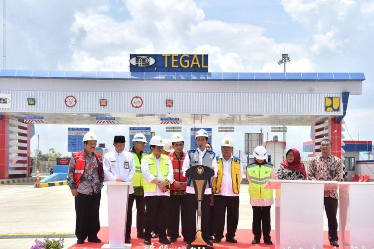 Presiden Joko Widodo saat meresmikan ruas tol Pejagan-Pemalang, Tegal, Jawa Tengah, Jumat (9/11/2018).