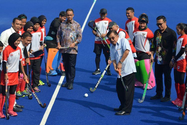 Wakil Presiden Jusuf Kalla menjajal hoki
