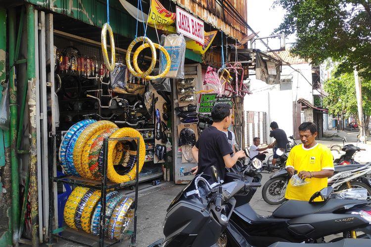 Sentra aksesoris roda dua Jalan Otista sudah mulai beroperasi meski belum seluruh toko buka