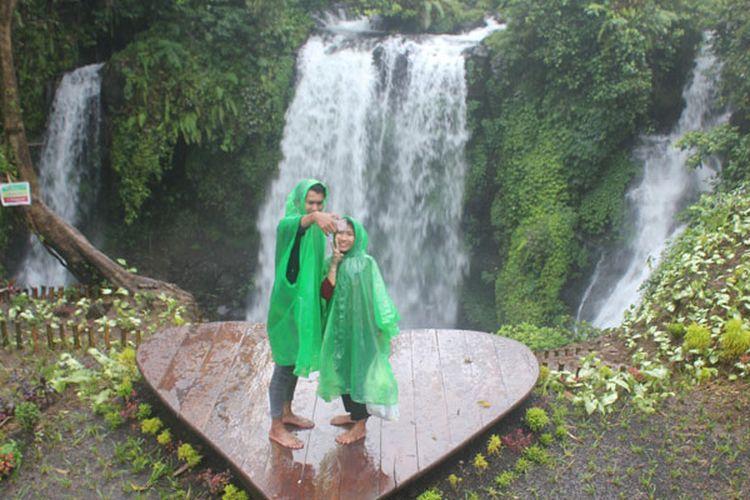 Pengunjung berswafoto di dek cinta yang berada di obyek wisata Curug Jenggala, Dusun Kalipagu, Desa Ketenger, Kecamatan Baturraden, Kabupaten Banyumas, Jawa Tengah, Jumat (3/2/2017). Sejak dibuka pada Oktober 2016, obyek wisata yang berjarak 17 kilometer dari Purwokerto itu dikunjungi sekitar 10.000-13.000 orang per bulan.