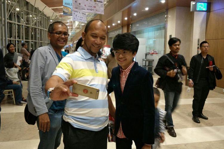 Pianis muda Joey Alexander berfoto dengan penggemar di area Indonesia Convention Exhibition (ICE), BSD City, Tangerang, Minggu (12/11/2017).