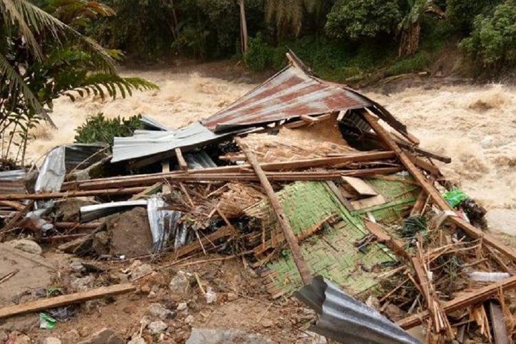 Rumah Daulat Siagian dan Yunita Sitorus disapu air bah yang meluap dari Sungai Bah Bolon, Nagori Sahkuda Bayu, Kecamatan Gunung Malela, Kabupaten Simalungun, Sumatera Utara, Rabu (10/10/2018).