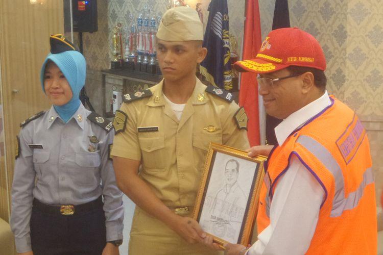 Menteri Perhubungan Budi Karya Sumadi bersama Amarulloh Adtyas Putra, kakak kandung taruna STIP yang tewas Amirulloh Adityas Putra, Minggu (16/7/2017)