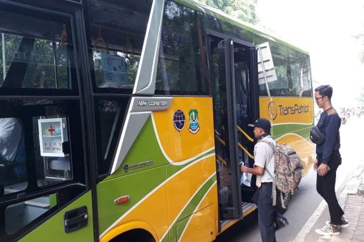 Warga Bekasi terlihat akan menaiki bus Transpatriot yang baru beroperasi hari ini, Senin (26/11/2018).