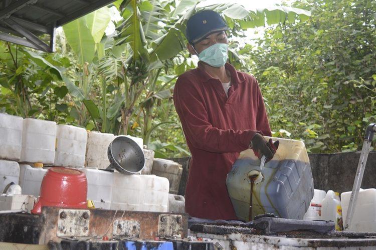 Proses penyearingan limbah minyak goreng atau jlantah di BUMDes Panggung Lestari