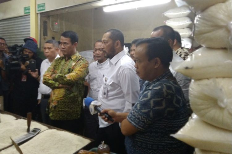 Menteri Pertanian (Mentan) Amran Sulaiman dan Direktur Utama (Dirut) Badan Urusan Logistik (Bulog) Budi Waseso melakukan inspeksi mendadak (sidak) harga komoditas pangan di Pasar Kramat Jati, Jakarta Timur, Jumat (14/9/2018).