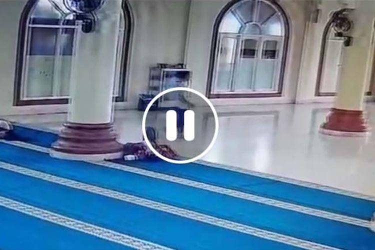 Aksi pemuda inisial FI terekam CCTV saat mengambil sebuah barang mirip handphone di dalam sebuah masjid di Kota Ternate, Maluku Utara