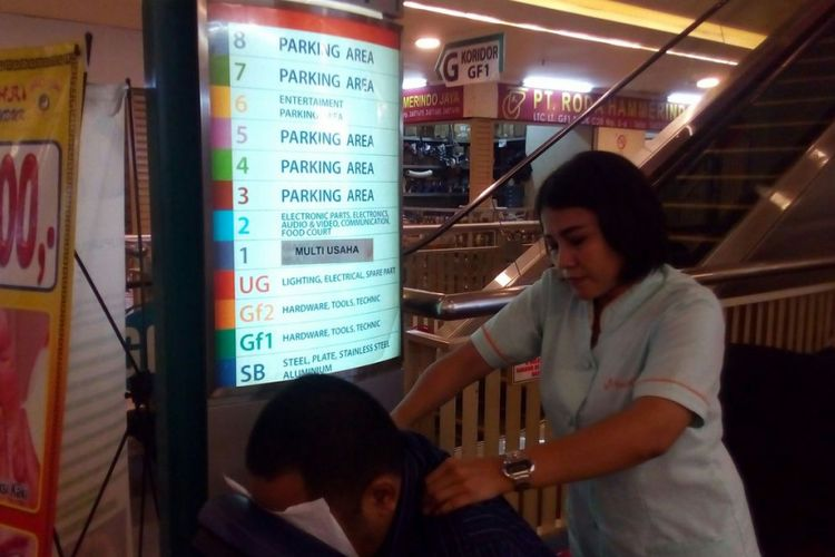 Salah satu gerai pijat refleksi di Lindeteves Trade Center (LTC), Jakarta Barat. Sampai dengan akhir 2017, LTC mematok mempertahankan target pengunjung 50.000 orang per hari.
