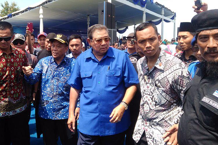 Ketua Umum Partai Demokrat Susilo Bambang Yudhoyono (tengah) saat berkunjung ke Lamongan, Jawa Timur.