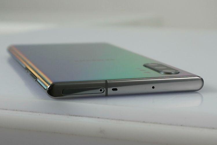 Sisi atas Galaxy Note 10 dipakai untuk menempatkan slot simcard dan microSD (khusus Galaxy Note 10 Plus).