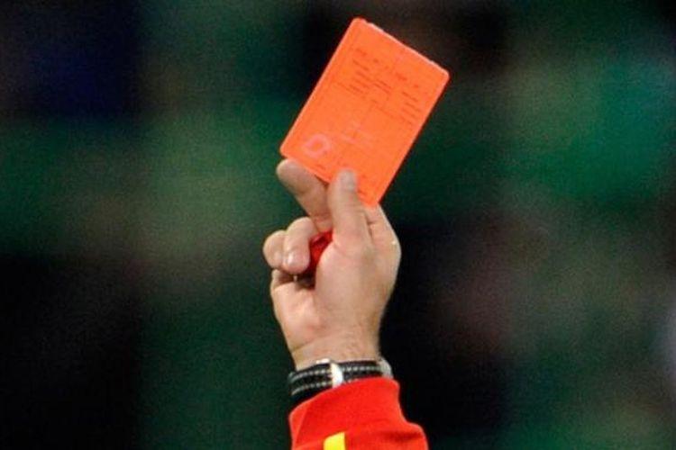 Wasit memberikan kartu merah.