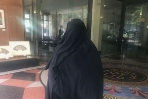 Tolak Berdiri untuk Hakim Saat Sidang, Istri Perekrut ISIS Diadili