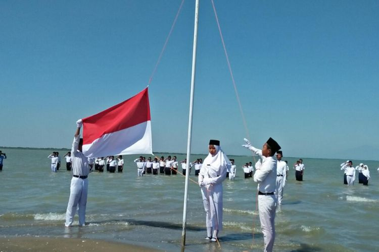 The officer who raised the flag raised the red and white, during the ceremony to commemorate the 73rd Indonesian Independence Day on Onggojoyo Beach, Wedung District, Demak Regency, Central Java, Friday (17-08 -2018)