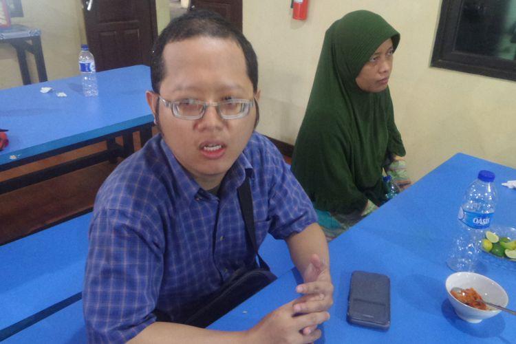 Julianto Sudrajat korban order fiktif melalui ojek online Go-Food yang dilakukan Sugiarti mendatangi Mapolres Jakarta Timur, Selasa (1/8/2017)