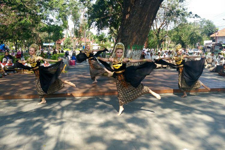 Penari dari Kota Kediri, Jawa Timur, berlatih sebelum berangkat ke Australia.