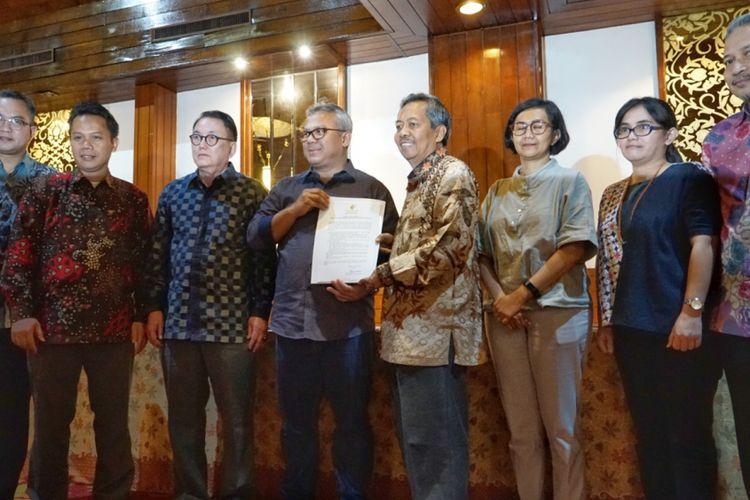 Ketua Komisi Pemilihan Umum (KPU) Arief Budiman bersama tujuh panelis debat kedua pilpres saat penandatanganan pakta integritas dalam menjaga kerahasiaan pertanyaan debat, di Hotel Sari Pasific, Jakarta Pusat, Sabtu (9/2/2019).