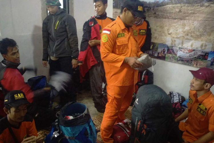 Tim gabungan SAR bersiap mencari pendaki asal Magelang, Alvi Kurniawan (20) yang hilang saat mendaki puncak Gunung Lawu, Kabupaten Karanganyar, Jawa Tengah melalui jalur Candi Cetho, Kamis ( 3/1/2019).